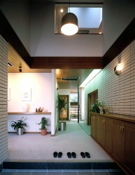 Photo : Image of entrance of modern house. You have to take off your shoes here.