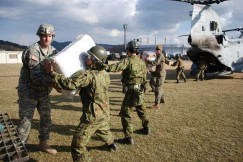 Photo : Japan-U.S. service members deliver relief aid.