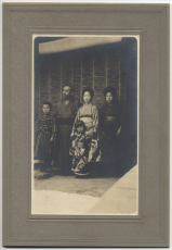 Minakata Family photographed by Dr. Walter T. Swingle: Kumagusu (second left) and Fumie (middle of the front row) PHOTO: COURTESY OF MINAKATA KUMAGUSU ARCHIVES (MINAKATA KUMAGUSU KENSHO KAI)