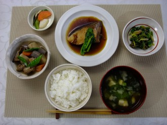 A traditional ichiju-sansai Japanese meal featuring steamed rice and miso soup (front), three main dishes (two vegetable dishes and one of fish), and pickles (top left)    All photos: Courtesy of Professor KUMAKURA ISAO