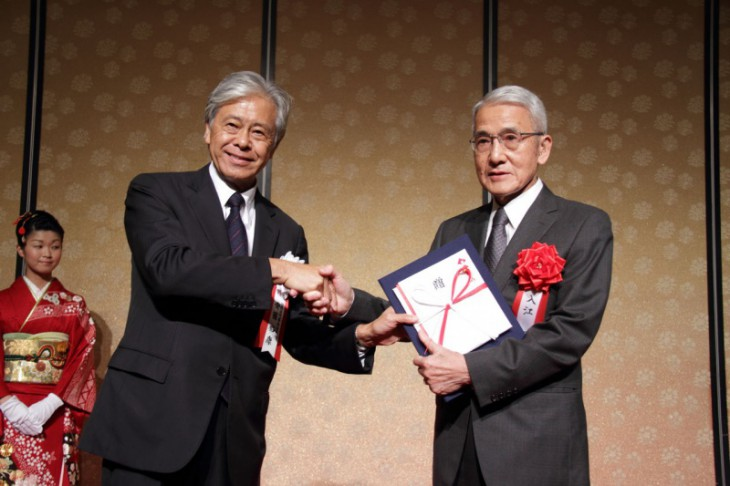 The Japan Foundation Awards 2013 was presented to Dr. Iriye (right) from Ando Hiroyasu, President of the Japan Foundation at the presentation ceremony for the Awards on 28 October, 2013. PHOTO: COURTESY OF THE JAPAN FOUNDATION